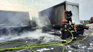 pozar ciezarowki fot. osp bralin2 300x169 - Kępno: Pożar wojskowej ciężarówki. S8 zablokowana