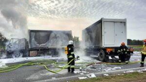 pozar ciezarowki fot. osp bralin3 300x169 - Kępno: Pożar wojskowej ciężarówki. S8 zablokowana