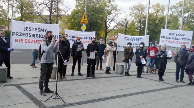 protest umww 2 1 800x445 - Poznań: WARP nadal nie wypłaca pieniędzy, alarmują przedsiębiorcy