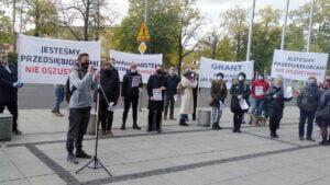 """protest umww 2 300x169 - Poznań: """"Nie jesteśmy botami!"""" Protest przedsiębiorców przed urzędem marszałkowskim"""