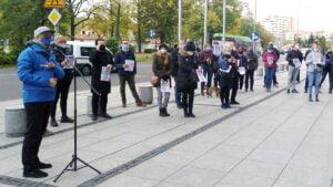 """protest umww 3 300x169 - Poznań: """"Nie jesteśmy botami!"""" Protest przedsiębiorców przed urzędem marszałkowskim"""