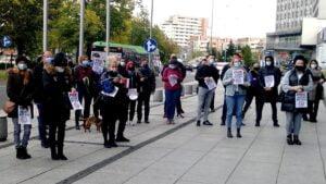 """protest umww 6 300x169 - Poznań: """"Nie jesteśmy botami!"""" Protest przedsiębiorców przed urzędem marszałkowskim"""