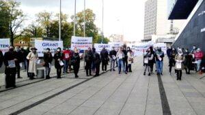 """protest umww1 300x169 - Poznań: """"Nie jesteśmy botami!"""" Protest przedsiębiorców przed urzędem marszałkowskim"""