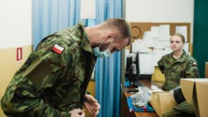 rekruci fot. dwot 300x169 - Leszno: Nowi rekruci rozpoczęli studiowanie żołnierskiego rzemiosła
