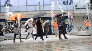 Spacer z parasolką, fot. K. Adamska