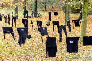wyroknakobiety wieszamy czarne pranie fot. slawek wachala 0087 300x200 - Poznań: W ramach Strajku Kobiet na Cytadeli zawisło... pranie