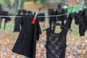 wyroknakobiety wieszamy czarne pranie fot. slawek wachala 0096 300x200 - Poznań: W ramach Strajku Kobiet na Cytadeli zawisło... pranie