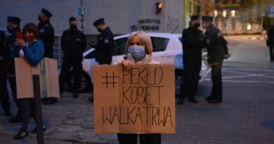 znicze przed siedzibą PiS fot. K. Adamska