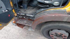 ciezarowka z turku fot. policja4 300x169 - Turek: Tragiczny stan ciężarówki - i 4000 zł kary dla właściciela