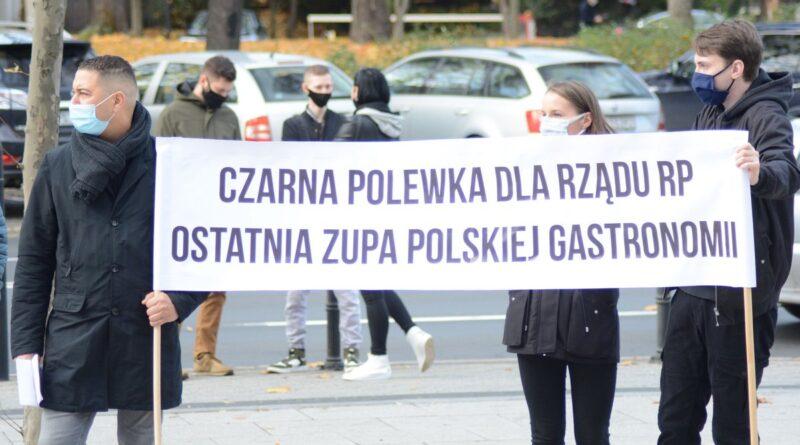 czarna polewka protest gastronomii fot. k. adamska 3 800x445 - Przedsiębiorcy, którzy wrócą do pracy, nie dostaną pomocy - zapowiada rząd