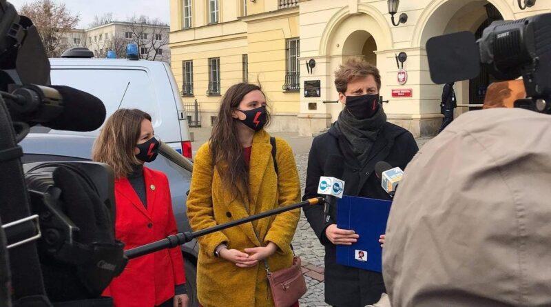 Franciszek Sterczewski, Klaudia jachira, Urszula Zielińska przed Stołeczna Komendą Policji fot. FB F. Sterczewski