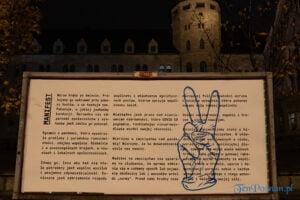 """imieniny ulicy. jest inaczej. fot. slawek wachala 0914 300x200 - Poznań: Rzeźba """"Razem w pandemii"""" przed CK Zamek"""