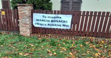 Plakat na domu senatora Bosackiego fot. FB