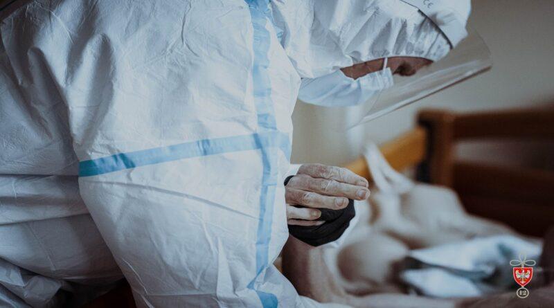 pomoc przy pandemii koronawirusa fot. dwot 800x445 - Polska: Zakażenia koronawirusem. Znacznie mniej?