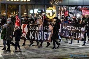 proces kobiecego ciala strajk kobiet fot. slawek wachala 3208 300x200 - Poznań: Strajk Kobiet przespacerował się przez miasto
