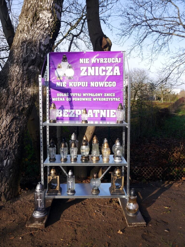 regal na znicze fot. rosmm 768x1024 - Poznań: Na cmentarzu działa... Zniczodzielnia!