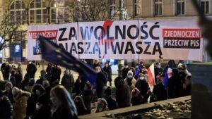 strajk kobiet w sprawie ue fot. s. wachala5 300x169 - Poznań: Strajk Kobiet za Unią Europejską i w imię praw kobiet