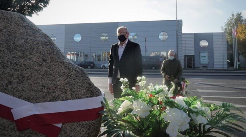 wojewoda Łukasz Mikołajczyk składa kwiaty przy pomniku Lager Glowna fot. WUW