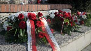 wojewoda lukasz mikolajczyk sklada kwiaty przy pomniku lager glowna2 fot. wuw 300x169 - Poznań: Kwiaty od wojewody w Lager Glowna