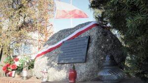 wojewoda lukasz mikolajczyk sklada kwiaty przy pomniku lager glowna3 fot. wuw 300x169 - Poznań: Kwiaty od wojewody w Lager Glowna