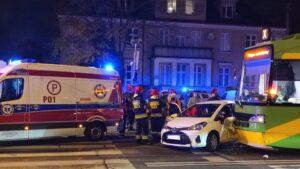 wypadek dabrowskiego fot. k. adamska 300x169 - Poznań: Zderzenie samochodu z tramwajem. Jedna osoba ranna