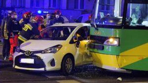 wypadek dabrowskiego fot. k. adamska.jpg5  300x169 - Poznań: Zderzenie samochodu z tramwajem. Jedna osoba ranna