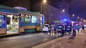 wypadek dabrowskiego fot. k. adamska.jpg7  300x169 - Poznań: Zderzenie samochodu z tramwajem. Jedna osoba ranna