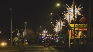 dekoracje swiateczne ostrow wielkopolski fot. um ostrow5 300x169 - Ostrów: Miasto przystrojone na święta