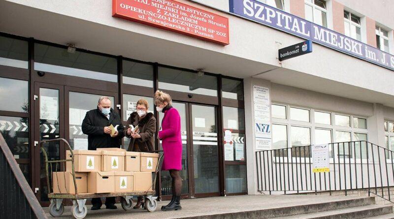 Książki dla szpitala im. Strusia od Biblioteki Raczyńskich fot. UMP