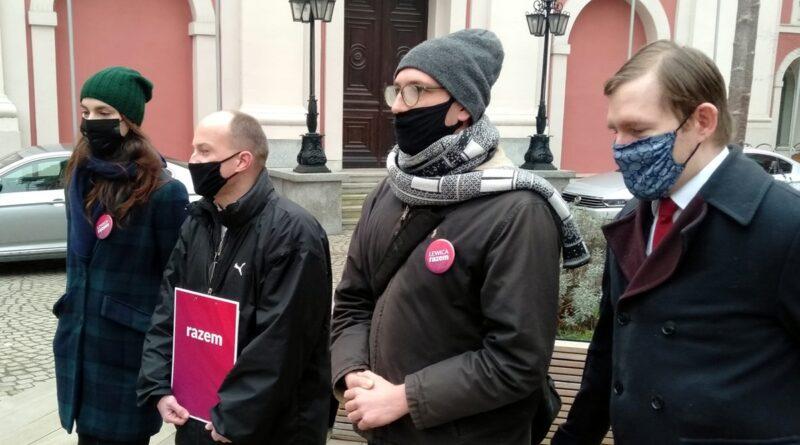 lewica razem  800x445 - Poznań: Nie ma podstawy prawnej do wieszania krzyży w urzędach - twierdzą członkowie Razem