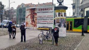 pikieta przeciwko aborcji fundacja zycie i rodzina2 300x169 - Poznań: Fundacja Życie i Rodzina pikietowała przeciwko aborcji