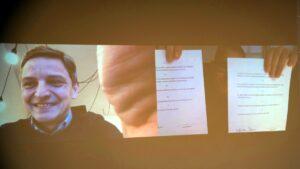 podpisanie listu intencyjnego j. solarski zastepca prezydenta poznania i p. kieliszewski dyrektor teatru muzycznego prezentuja swoje egzemplarze fot. pp 300x169 - Poznań: Wsparcie dla Teatru Muzycznego od władz powiatu