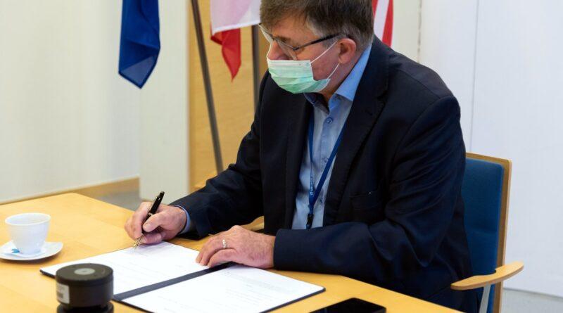podpisanie listu intencyjnego przez wicestarostę Tomasza Łubińskiego fot. PP