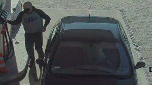 poszukiwani fot. policja poznan3 300x169 - Poznań: Policja prosi o pomoc. Czy znasz tych mężczyzn?