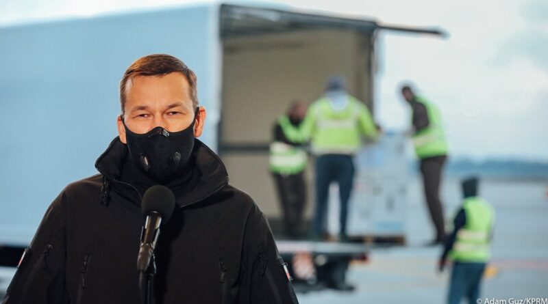 premier Mateusz Morawiecki na lotnisku Okęcie fot. KPRM