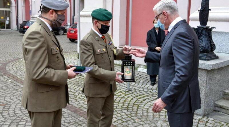 prezydent Jaśkowiak odbiera Betlejemskie Światło Pokoju fot. UMP