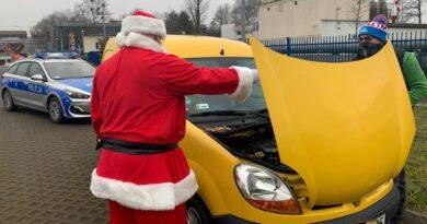 św. Mikołaj i zepsuty samochód fot. policja