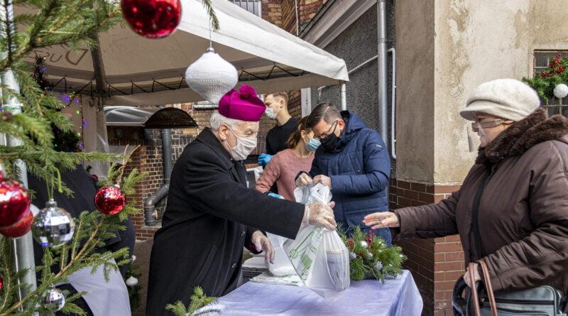 Wydawanie świątecznych posiłków i prezentów dla osób potrzebujących przygotowanych przez Caritas i Miasto Poznań fot. Sławek Wąchała