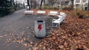 zniszczone kosze fot. palmiarnia poznanska3 300x169 - Poznań: Pioruny Strajku Kobiet na koszach na śmieci. Sprawę bada policja