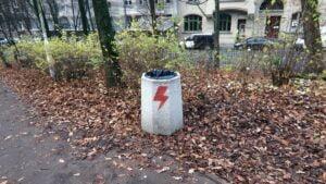 zniszczone kosze fot. palmiarnia poznanska4 300x169 - Poznań: Pioruny Strajku Kobiet na koszach na śmieci. Sprawę bada policja