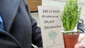 kaktus dla prezydenta jaskowiaka fot. mloda prawica 300x169 - Poznań: Młoda Prawica i Porozumienie protestują przeciwko rabunkowej zabudowie Sołacza