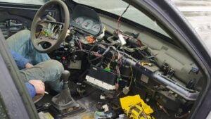 niesprawny samochod fot. policja2 300x169 - Poznań: Jechał samochodem bez świateł i... deski rozdzielczej