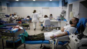 oddawanie krwi fot. wbot 300x169 - Wielkopolska: Terytorialsi oddali prawie 70 litrów krwi w 3 dni!