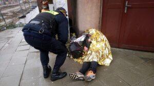 pomoc bezdomnym fot. smmp 1 300x169 - Poznań: Kolejna ofiara zimy uratowana przed zamarznięciem