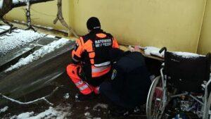 pomoc bezdomnym fot. smmp2 300x169 - Poznań: Koczowała pod wiaduktem. Strażnicy uratowali jej życie