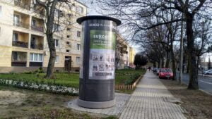 slup reklamowy jezyce 2 300x169 - Poznań: Słupy reklamowe - czy reklamowe zawalidrogi?