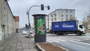 slup reklamowy jezyce fot. k. adamska 300x169 - Poznań: Słupy reklamowe - czy reklamowe zawalidrogi?