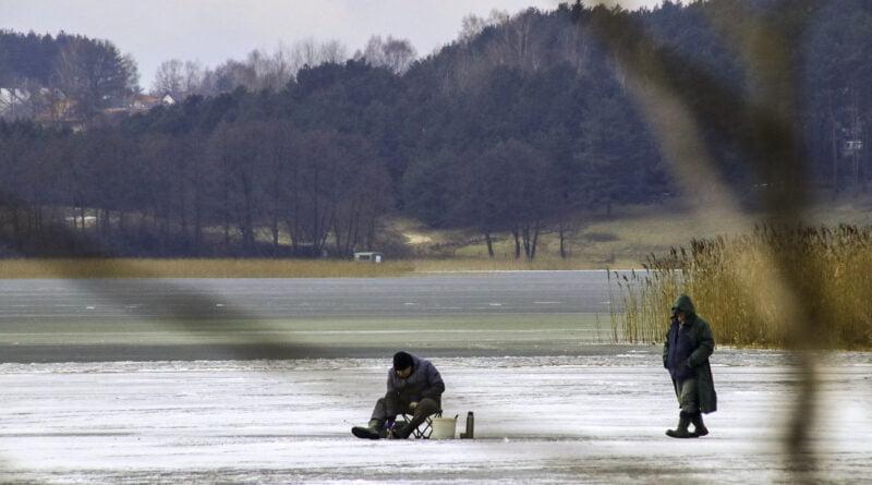 Zima lód łowienie ryb chodzenie po lodzie ostrzeżenie fot. Sławek Wąchała