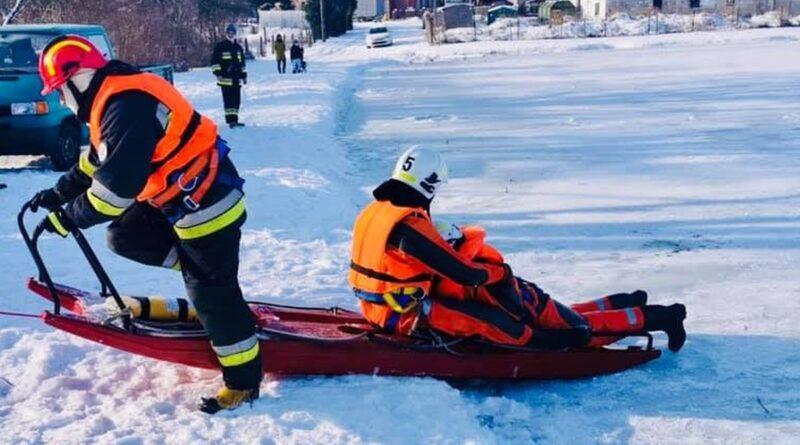 ćwiczenia na lodzie fot. OSP Szydłowo
