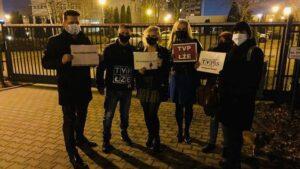 demonstracja przed siedziba tvp fot. b. andre2 300x169 - Poznań: Spacer przed siedzibą TVP w proteście przeciwko propagandzie